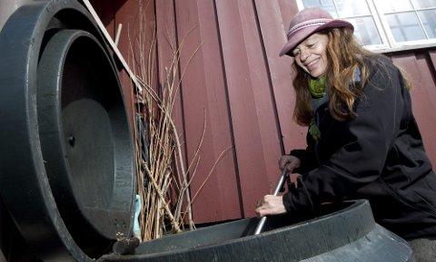 40 ÅRS ERFARING: Nina Berge har kun en liten hageflekk der hun bor i Mølleparken i Nittedal, men den er økologisk, slik hennes hager har vært i 40 år. Kompostbingen er plassert under vinduet til naboen i første etasje. Denne beholderen har hun fôret i 15 år. Temperaturen kan komme opp i nærmere 70 grader.  FOTO: LISBETH ANDRESEN