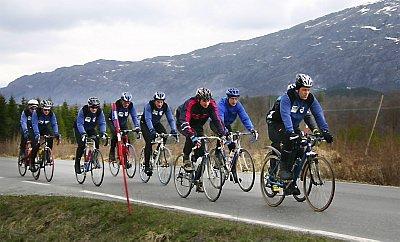 SAMARBEID: De tre sykkelklubbene på Helgeland går sammen om Helgelands-Trippelen. Her et bilde fra fellestrening i MOC og SOCK der syklistene er på vei innover mot Mosjøen fra Sandnessjøen.  (Foto: Dag Tollaksen)