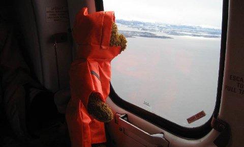 BAMSETUR: Bulandsbamsen Alfred hadde si eiga spesialsydde overlevingsdrakt på seg i helikopterer på veg til Åsgård A-plattforma i Nordsjøen.