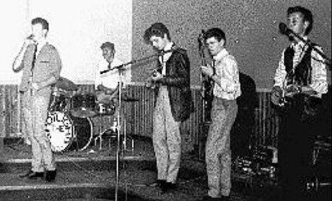 THE SPOTLIGHTS: På 60-tallet spilte Bjørn i The Spotlights fra Eidsvoll, her i full aksjon på scenen på Søndre Samfund i popmusikkens barndom.FOTO: PRIVAT