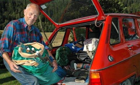 PAKKER TELT: Knut Nøkleby har pakket sitt snart 60 år gamle telt og legger veien hjemover mot Hadeland. Teltet er produsert av Sportssøm i Askim og er like tett, den dag i dag. Nøkleby stilte på biltreff med en Renault 6 fra 1976.