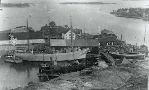 """Med dette bildet som utgangspunkt, Holmen  cirka 1912 - 13, med motorskonnerten """"Risør"""" nesten klar for jomfrutur, har Stein Are Johansen formulert sine meninger."""