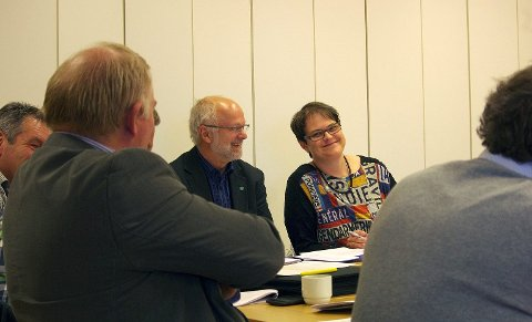 ORDFØRERE: Ragnhild Aashaug vil ta debatten om Fjellregion-navnet, og om samarbeidet i regionen. Til venstre for henne sitter ordførerkollega Arnfinn Nergård fra Os. Skjult er alt annet enn luggen på Røros-ordfører Hans Vintervold - men om Aashaug får det som hun vil, blir Rørosnavnet mer framtredende. Helt til venstre skimtes Norvald Illevold fra Rendalen. Ryggene tilhører Jan Håvard Refsethås fra Holtålen og Egil Eide fra Folldal. (Foto: Tonje Hovensjø Løkken)