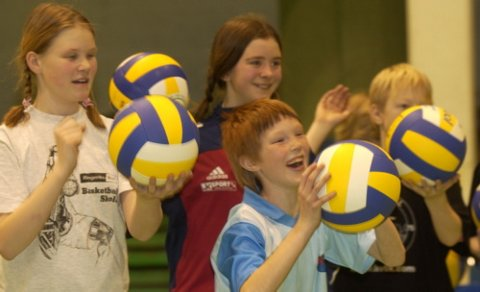 BALLGLEDE: Det var ingen tvil om at deltakerne likte tiltaket om ballsidighetsdag i vinterferien i Ringerikshallen.