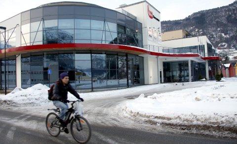 Frank Willy Djuvik vil på bystyremøtet i dag leggje fram forslag om at Førde kommune kjøper det fråflytta butikkbygget Førde Storsenter og byggjer det om til rådhus.