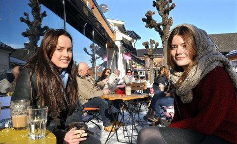 Vårlig: Kaja Norum (t.v.) og Molly Judd nøt solstrålene utenfor Det Gule Galleriet søndag.
