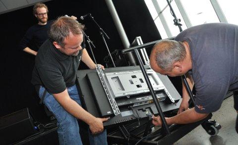 Proft: Kjetil Viker (t.v.) og Espen Solum har ansvar for at det tekniske fungerer mandag kveld. Produsent Henrik Mehl (i bakgrunnen) gleder seg til kvelden.