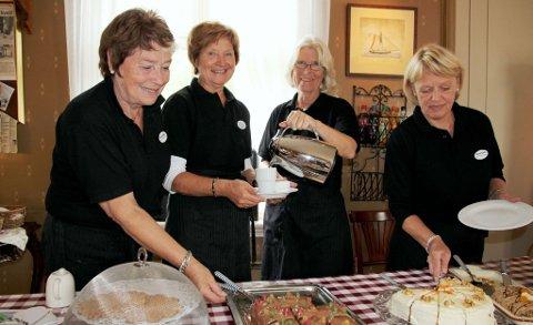 Ivrige kafédamer: Oddrun Thorstensen (f.v.), Anna Haugseth, Anne Maj Bjørnerud og Åse Smestad fra Tolleroddens venner serverte i kafeen.