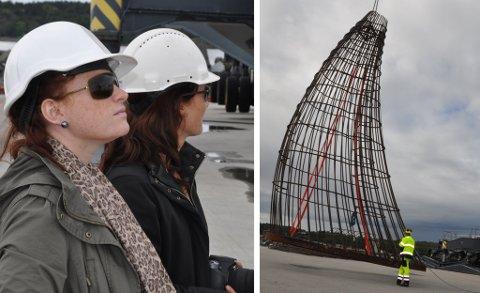 Heyerdahl-byens Gillian Hockly (t.v.) og kollega Elisabeth Reffhaug Andersen fulgte spent med da de to monumentene ble losset fra «Tananger».