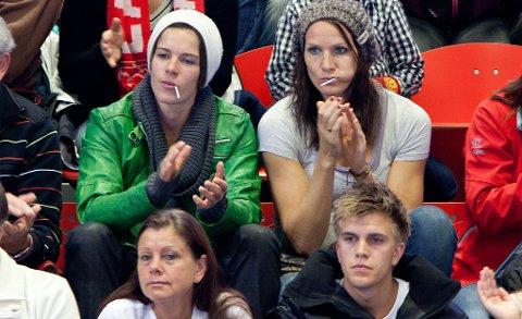 Anja Edin og Gro Hammerseng på tribunen i Arena. Nå kan de bli spillere på samme lag.