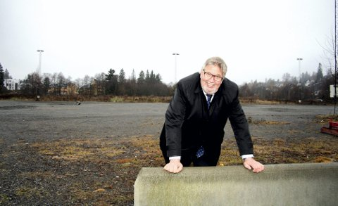 STÅR FAST: Skedsmoordfører Ole Jacob Flæten står fast ved at det skal bygges flerbrukshall på Slora med tilhørende parkanlegg og gangbro over Sagelva.  FOTO: LARS P. HALLINGSTORP