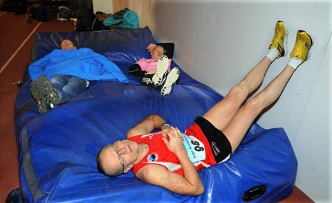 Etter 100 kilometer tok Inge Asbjørn Haugen ein kvil på matta. Etterpå sprang han nesten 63 kilometer til.