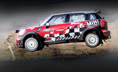 RALLY: Her er Pekka Lundefaret i et luftig svev med rallybilen sin, en Mini Cooper. Pekka har tidligere vært fysisk trener for rallybrødrene Petter og Henning Solberg.
