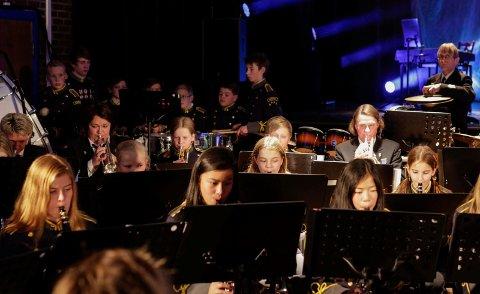 Kirkenes skolemusikkorps og Kirkenes hornmusikk sto på sent og tidlig under frigjøringsjubileet. Under konserten på Samfunnshuset lørdag kveld var de forsterket av Forsvarets Musikkorps Nord-Norge