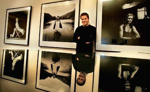 TILSYNELATENDE ROLIG: Ronny Østnes (31) må trekke pusten i dag når han åpner utstilling i Galleri Festiviteten. Her er han ved tre av sine motiver, som speiler seg i det blankpolerte lokket på flygelet; Sivert Donali (fra venstre), Trond Fausa Aurvåg og Øyunn Bjørge.   FOTO: TOM GUSTAVSEN