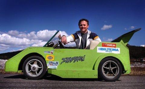 - Denne bilen vant prisen for tøffeste bil under NM i fjor, sier Terje Skaug. I år skal den bygges om til en BMW. Sønnen Eirik er sjåfør for denne bilen.