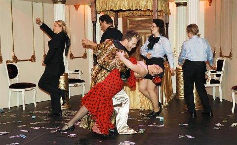 En drivende spansk dans med Jeppe (Trond Gudevold) og den spanske danserinnen (Eirihn Keuer). Med i dansen bak fra venstre Marianne Folkestad Aas, Njål Sparbo, Gro Bente Kjellevold og Anna Otervik.