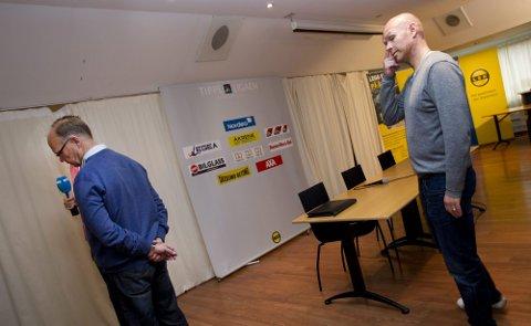 SAMARBEIDET OVER: LSK-formann Per Mathisen (til venstre) og avtroppende trener Henning Berg opptrådte sammen for siste gang på gårsdagens pressekonferanse. I en drøy time svarte de to på spørsmål fra den frammøtte pressen. Alle foto: Lisbeth Andresen