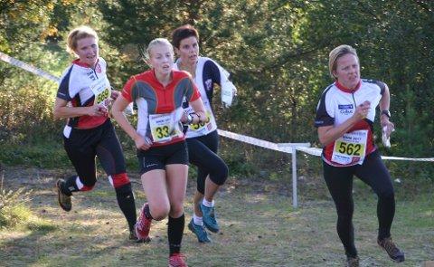 Ivrige orienteringsløpere legger inn sluttspurten på oppløpet på Røros. Fra venstre; Mari Gullbrekken Schjølberg, Tynset, Malin Sandstad, Freidig, Gøril Eide, Byåsen og Sissel Bolstad, Tynset.