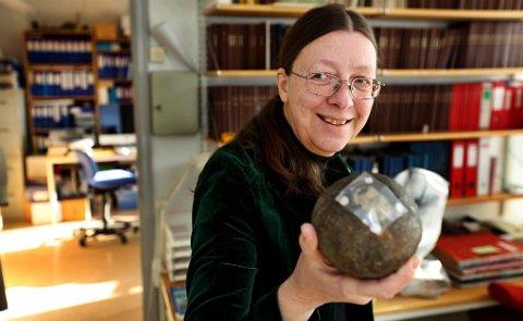 flere størrelser: Tromsø Museum har flere kalksteiner ? eller såkalte konkresjoner fra Spitsbergen. Denne er på størrelse med en kanonkule.