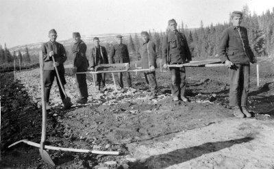 Serbiske krigsfanger i arbeid på veien over Korgfjellet. 618 av dem ble drept. Foto: utlånt av Hemnes museum