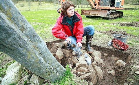 PRØVETAKING: Arkeolog Berit Gjerland tek prøvar av det ho trur er toppen av ei gamal høvdinggrav.
