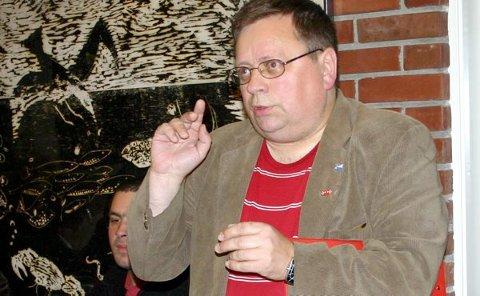 LANG LISTE: Roald Naustdal var ein av svært mange skeptikarar under vindmøllemøtet i Bremanger. Heile 23 spørsmål ønskte han svar på frå NVE i samband med planane om anlegga i kommunen. Foto: Annbjørg Hauge Nygård.