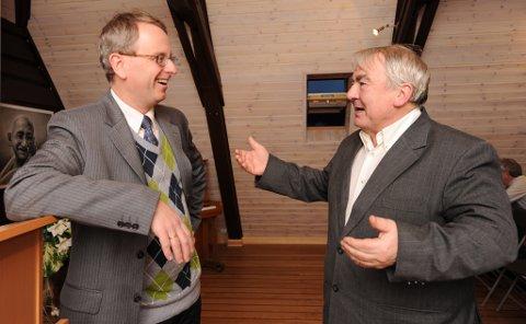 To engasjerte herrer. Henrik Syse (t.v.) og Tore Frost hadde mye å snakke om under prisutdelingen lørdag.