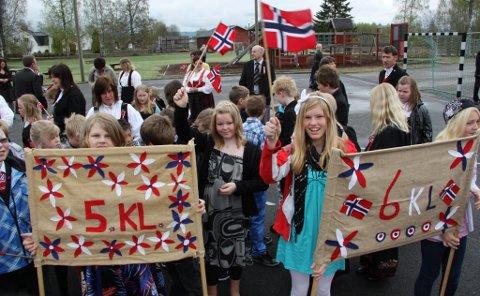 GODT HUMØR: Elever ved Jara skole klare for å feire nasjonaldagen. FOTO: KJELL I. WÅLBERG