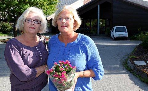 REAGERER: Søstrene Ragnhild Svardal Nesje og Kjellaug Svardal reagerer på at dei som pårørande ikkje vart varsla, då den 94 år gamle mor deira vart flytta frå Furuhaugane bu- og servicesenter. Foto: David E. Antonsen.