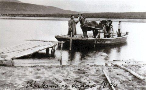 MARGINALISERT: En debattant på Origo mener sjøsamene ofte marginaliseres når historien skrives. Bildet er fra boken  «Den elvesamiske kulturen» og viser den første fergen som Deatnu/Tanaelva i 1899.  I samekofte skysskaffer Anders Tapio fra Seida.