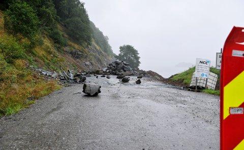 I dag startar arbeidet på Dalsfjordsambandet oppatt. Biletet er frå raset som gjekk no nyleg  like ved Eikenes, og det er steinane i framgrunnen som kom ned. Dungen i bakgrunnen har ikkje noko med raset å gjere.