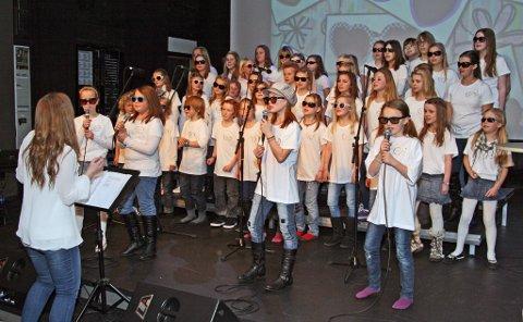 """Det var tøffe medlemmer av ArtKompaniet som sang i Bysalen Amfi før vinterferien i fjor. Nå får koret dele Byscenen med det populære tributebandet """"The Wall."""""""