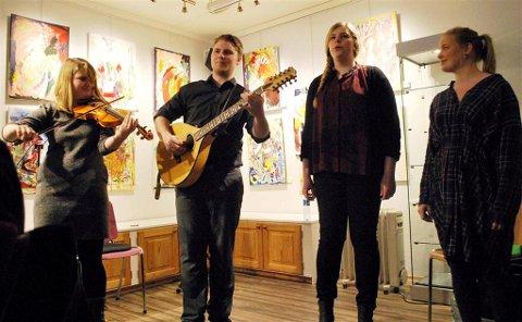 Nina Byttingsmyr, Michael Caplin, Kine Iselilja Gyldenskog og Isa Maline Isene i det kunstneriske hjørnet.