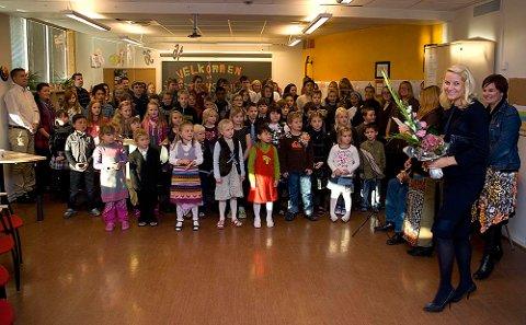 Alle elevene og lærerne på St.Eystein skole sto fint stilt opp inne da kronprinsesse Mette Marit kom på besøk fredag formiddag.