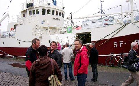 """STOR INTERESSE: Overalt viser folk stor interesse for """"Haugefisk"""", her på Torget i Bergen, i samband med at Bremanger Musikklag spelte i Grieghallen i oktober 2008. Foto: Annbjørg Hauge Nygård"""