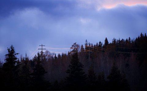 INGEN FARE: Kraftlinjer i solnedgang. Kraftselskapenes markedseksperter ser per i dag ingen tegn på at det blir ekstremt høye strømpriser de kommende månedene.