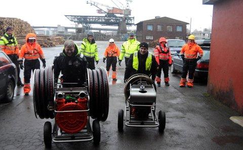Jan Kristoffersen og Morten Meen Gallefos drar inn to nye hydrauliske pumper i depoet til IUA Telemark på Krankaia på Sundjordet.