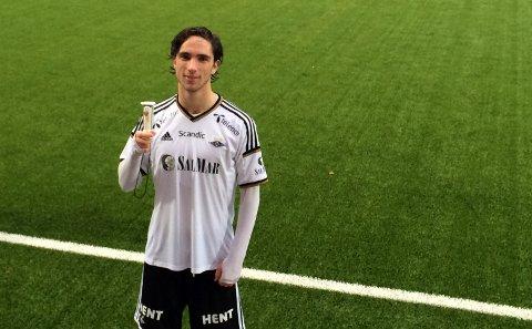Erik Nordengen med pokalen som beviser at han ble norgesmester sammen med Rosenborgs gutter 16-lag lørdag.