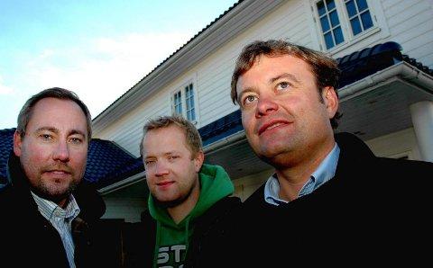 SNART KLART: Megler Petter Andre Aure (fra venstre), byggeleder og medaksjonær i Riis Bygg Torstein Dahl, og eier av Trehusgruppen Pål Sindre Amundsen foran et av husene som snart står klart på Kjeller.FOTO: MARIANNE ENGER