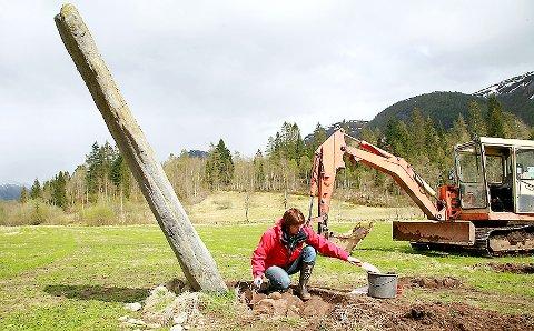 PRØVETAKING: Arkeolog Berit Gjerland tok prøvar av det ho trur er toppen av ei gamal høvdinggrav.