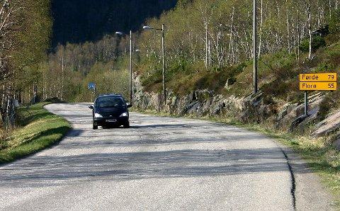FORTAU: Vegen frå Svelgen skule til Breivika skal sikrast med fortau på nedsida.