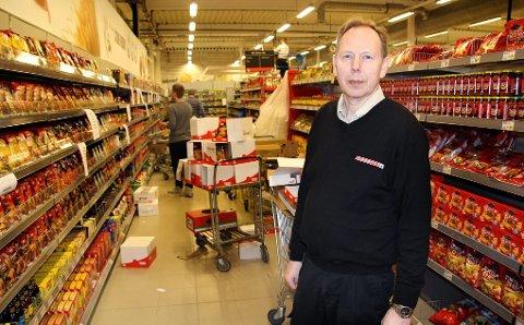 MYE SKAL PÅ PLASS: Mellom 70 og 80 personer jobber med å få på plass alt før åpningen av nye Eurospar på Tomasjord. Kjøpmann Bjørn Bendiktsen har kontroll.