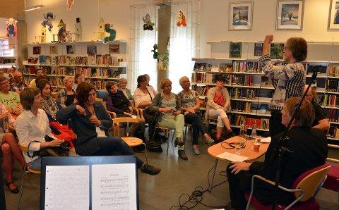 Prøysen: Henning Sommerro sammen med Per Husbu og Jørn Simen Øverli i samtalen om Alf Prøysen på biblioteket i Surnadal kulturhus lørdag.