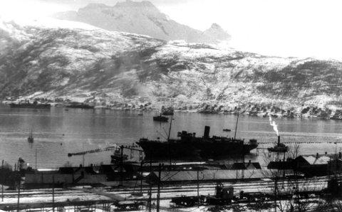 NARVIK havn: I forgrunnen Stella Polaris innenfor ubåtnettet. I bakgrunnen skimtes Aviso Grille på Ankenessiden. Foto utlånt av Narviksenteret m/Krigsmuseet