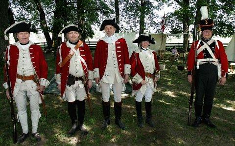 I DANSKEKONGENS KLÆR: Svein Stidahl, Kjell Ingvaldsen, Odd Jarle Johnsen og Espen Ødegård Jensen demonstrerte soldatliv anno 1760. Tom Ove Låver (lengst til høyre) er for anledningen iført en uniform anno 1814FOTO: TOM GUSTAVSEN