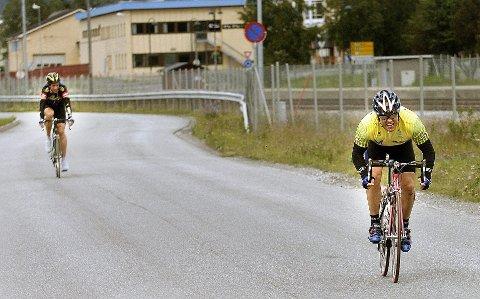 Rana sykkelklubbs Hugo Strand var uslåelig i innspurten på gårsdagens Myskoxritt. Øystein Olsen fra Ceres ga opp et par hundre meter før målpassering på Søndre Felt.  Foto: Øyvind Bratt