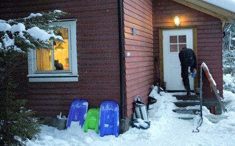 ÅSTED: I denne boligen i Aurskog ble 49 år gamle Stein Vika drept med øks før liket ble fraktet til Sverige. En 37 år gammel filosof har erkjent å ha drept 49-åringen med øks, men hevder det var en nødvergesituasjon. Også 49-åringens ekskone er siktet i saken. Hun slapp ut av varetekt 18. mars, og har flyttet tilbake til boligen.FOTO: LISBETH ANDRESEN