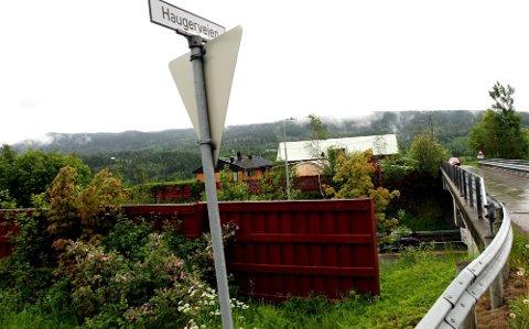 DYRKET CANNABIS: Her i Haugerveien i Nittedal dyrket Oslo-mannen cannabis. Han har i politiavhør innrømmet at andre personer hjalp til med vanning og stell av plantene. I tillegg skal en større investorgruppe ha betalt mannen for gartnervirksomheten.Gården i bakgrunnen har ikke noe med saken å gjøre. FOTO: ROAR GRØNSTAD