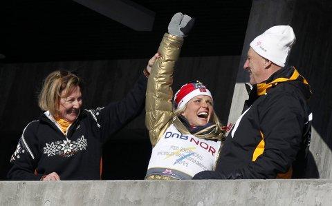 Fra VM på ski i Holmekollen i 2011. Therese Johaug som mesterskapets dronning på kongetribunen sammen med kongeparet.